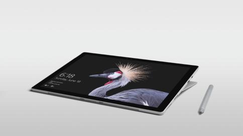 Surface Pro liegend mit Stift